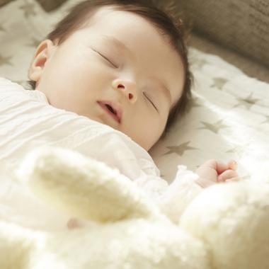 赤ちゃんと寝るローベッド
